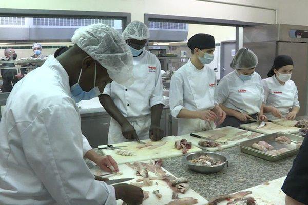 Les restaurants étant fermés en raison de la crise sanitaire, les apprentis en restauration manquent cruellement de pratique
