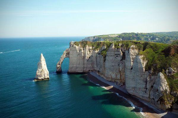 L'aiguille d'Étretat est un lieux emblématique des aventures d'Arsène Lupin.