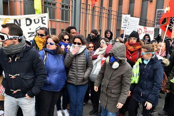 Des manifestants bloquent le rectorat de Toulouse le 4 avril 2019. En mars, ils avaient été délogés à coups de gaz lacrymogène
