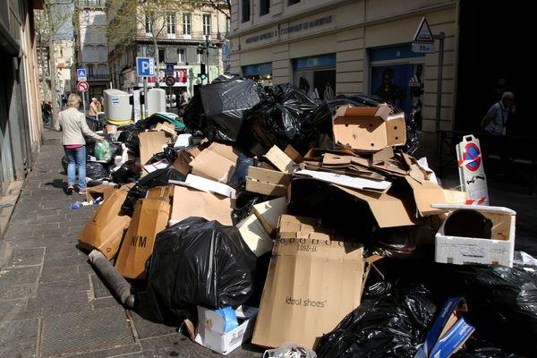 Les effets de la grève dans le quartier Noailles à Marseille. Quatrième jour de greve ce samedi