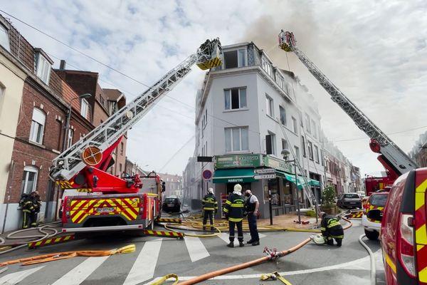 Une cinquantaine de pompiers mobilisée rue Garibaldi à Lille, suite à un incendie. Neuf personnes ont été sauvées des flammes.