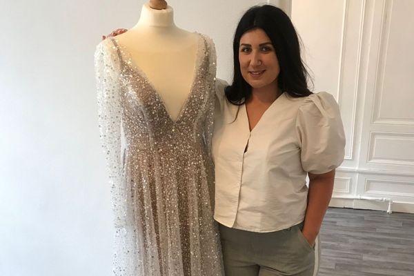 Zoé, créatrice de robes de mariée à Orléans.