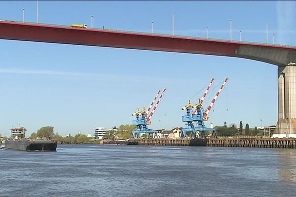 Le départ des barges et pousseurs est situé presque sous le pont de Cheviré, sur la rive droite de la Loire.