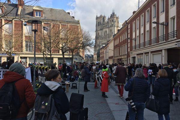 """La manifestation """"ramène ta chaise"""" sur la place de la Marie-sans-chemise, tout près de la cathédrale d'Amiens."""