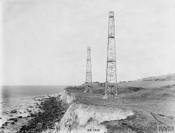 """Des antennes de la """"Chain Home"""" photographiées sur l'île de Wight en 1945."""