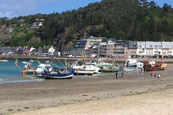 Neuf bateaux échoués sur la plage à Erquy pour s'opposer au projet éolien en Baie de Saint-Brieuc