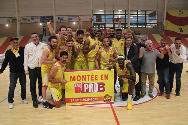 Les joueurs du Saint-Vallier après leur victoire contre Boulogne qui leur assure la montée en ProB.