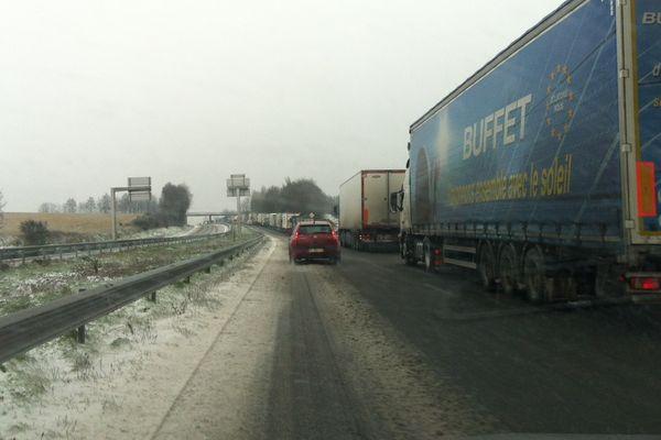 Camions bloquées sur le côté de la RN12