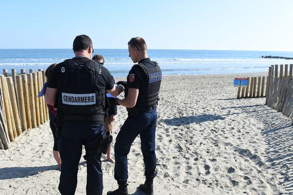 Contrôle de la gendarmerie sur les plages de Carnon, le 19 mars, jour de leur interdiction par la préfecture.