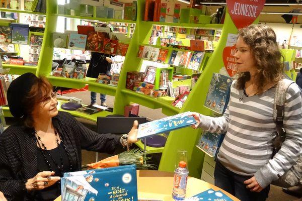 """Marlène Jobert dédicace son nouveau livre """"Et s'il pleuvait des gâteaux"""""""