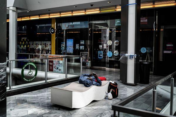 un banc dans le centre commercial quasi déserté de la Part-Dieu à Lyon le 17 mars dernier après la décision de confinement