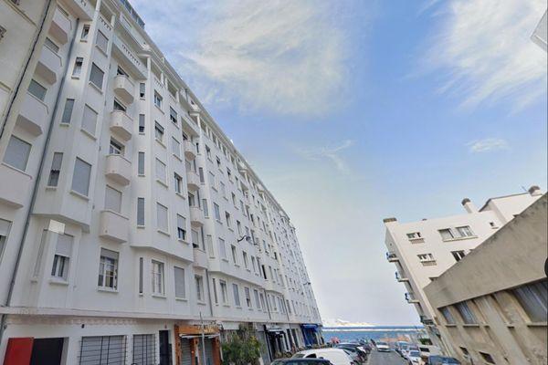 C'est au 8e étage de cet immeuble de 9 étages situé 43 rue de Suez à Marseille qu'un incendie s'est déclaré dans la nuit de samedi à dimanche.