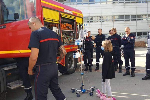Chloé, atteinte de la mucoviscidose, à l'hôpital Jeanne de Flandre, avec des pompiers du SDIS 59 ce mardi