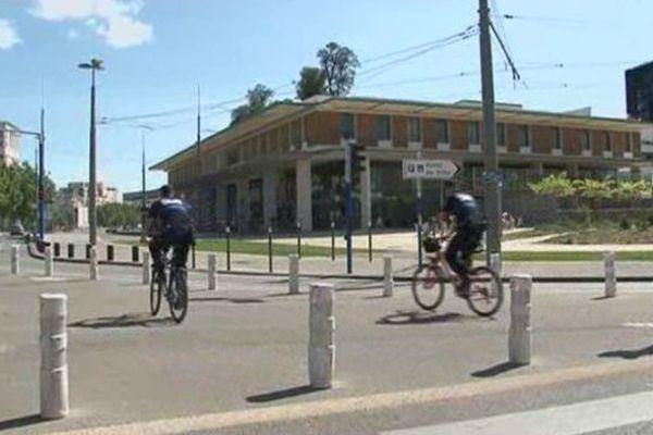 Montpellier - des policiers municipaux patrouillent à vélo dans la ville - 22 juillet 2014.