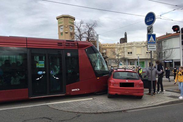 L'accident s'est produit un peu avant 12h30.