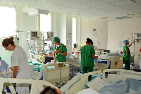 """""""Le nombre de patients hospitalisés pour Covid ne cesse d'augmenter depuis quelques jours. Le nombre de patients hospitalisés par les urgences est de huit par jour en moyenne au CHU"""", explique le professeur Philippe Rieu."""