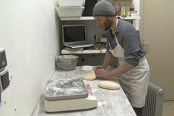 Jean-Marie Perrier, boulanger à Pied-de-Borne, pétrit son pain à la main, avec des farines locales - 14/04/2021