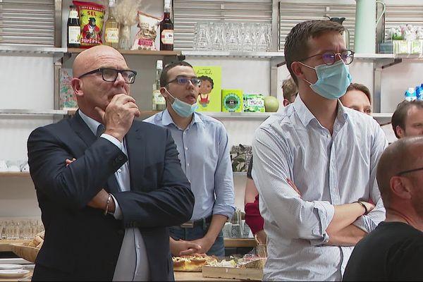 Bruno Bonnell (à gauche), découvre les premières estimations de ses résultats depuis son quartier général au Britannia à la Part-Dieu à Lyon dans le Rhône.