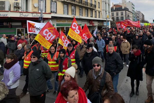 Jeudi 22 mars, cheminots, fonctionnaires et retraités sont appelés à manifester un peu partout en France. A Clermont-Ferrand, le cortège doit partir de la place du 1er mai. Suivez en direct la mobilisation.
