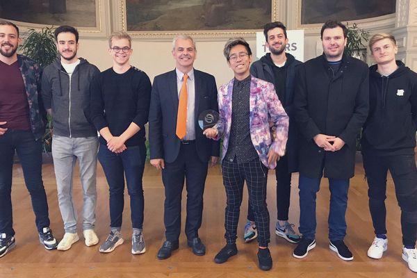 Les membres de Solary entourent le maire de Tours, pour la remise du prix #Fiersd'ÊtreTourangeaux.
