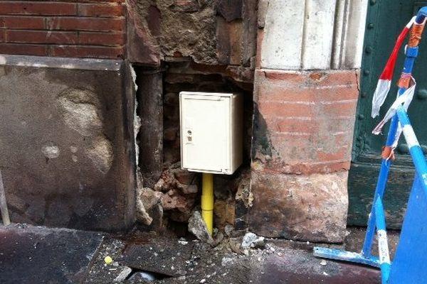 Une des poubelles incendiées dans le quartier a fait fondre un branchement de compteur de gaz.