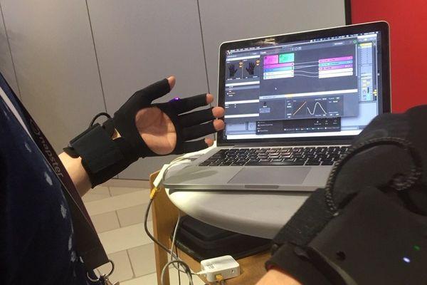 Au Midem Lab, une start-up anglaise a présenté son gant musical connecté, une invention intéressante pour les artistes sur scène.