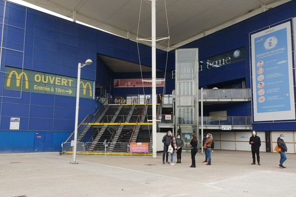 Le centre commercial Grand'Place est déserté ce dimanche midi.