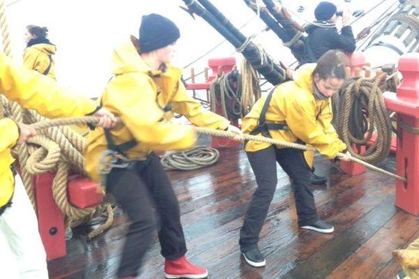 L'équipage de l'Hermione à la manoeuvre dans le gros temps.