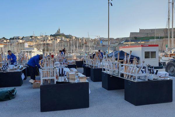 Les artificiers préparent leurs tirs sur le Vieux-Port de Marseille.
