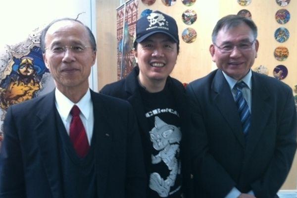 Push Comic (au centre) soutenu par des diplomates taïwanais au festival de la BD de Chambéry