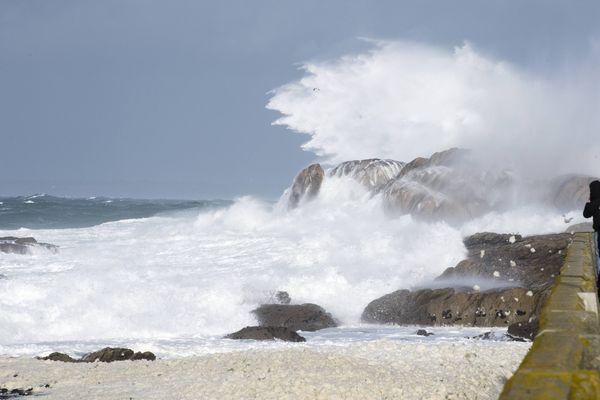 À Saint-Guénolé, forte houle pendant la tempête Carmen