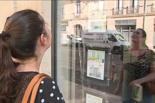A Bordeaux, une étudiante à la recherche d'un logement scrute désespérément les annonces immobilières.