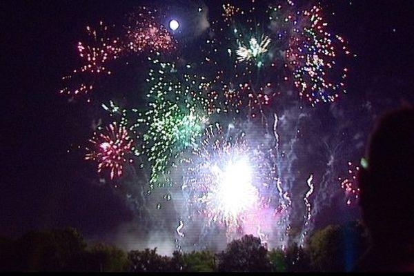 Comme chaque année, le concert pique-nique au Parc de Champagne, s'est terminé par un magnifique feu d'artifice devant des milliers de spectateurs. Nuit magique