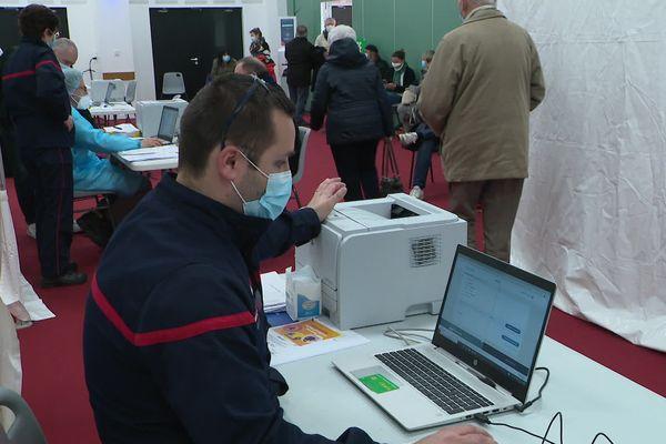Une dizaine de sapeurs-pompiers, en majorité volontaires, sont mobilisés chaque jour sur ce centre de vaccination.