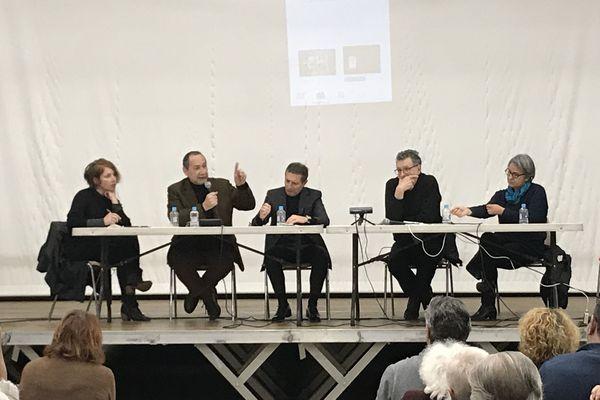 De droite à gauche Anne Lacaton, Jean-Philippe Vassal, Jean-Sébastien de Casalta, Bernard Blanc, directeur d'Aquitanis, (au micro), et karine Dana, réalisatrice