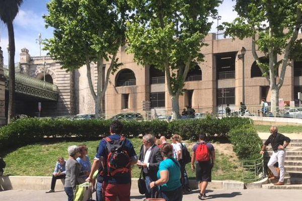 Les voyageurs en attente aux abords de la gare évacuée à Marseille.