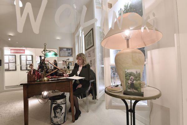 Maryse Wolinski, veuve de Georges Wolinski, au bureau de son mari, légué au Salon International du dessin de presse et d'Humour de Saint-Just-le-Martel (Haute-Vienne)