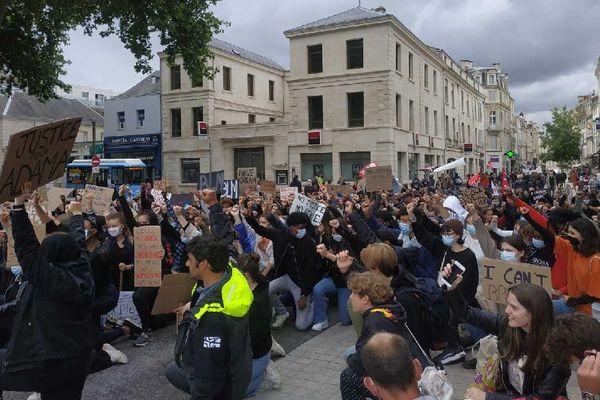 La foule des manifestants à Niort a posé un genou à terre pendant le défilé.