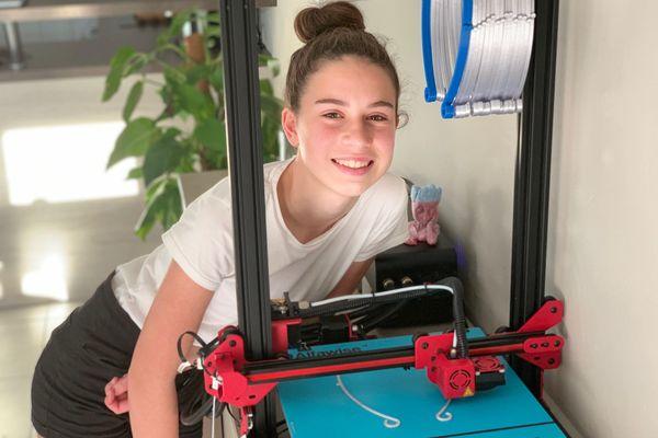 A 13 ans, Cassie fournit les médecins et infirmiers du canton de Fayence en masque de protection grâce à une imprimante 3D.
