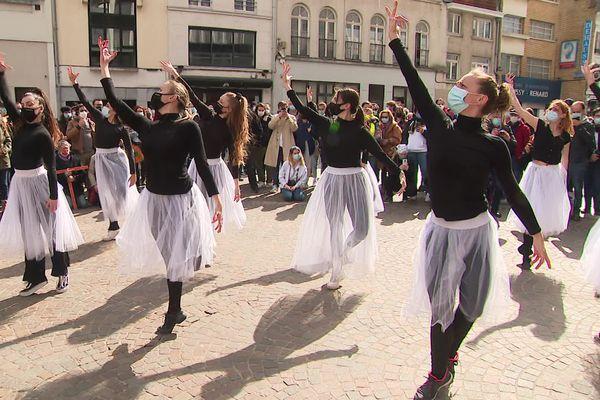 Des danseuses classiques livrent une performance place du Nouveau Siècle à Lille pour demander la réouverture des lieux culturels.