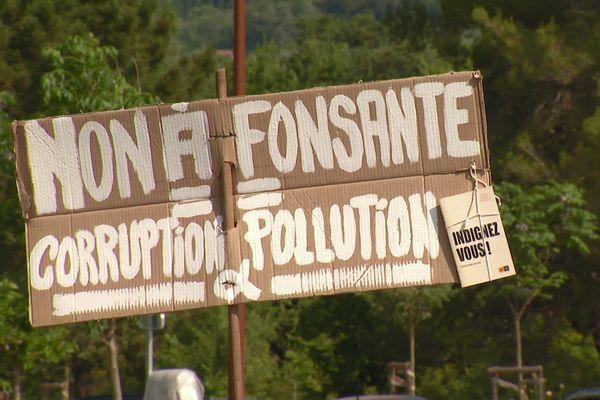 Samedi 12 juin 2021 : une pancarte tenue par un manifestant à Montauroux.