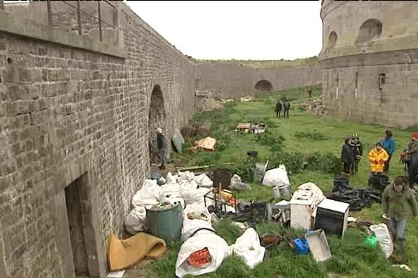 Opération de nettoyage sur l'île du large de Saint-Marcouf.