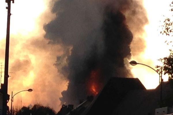 19 heures. Une épaisse colonne de fumée au dessus de Meuzac (87) alors que l'incendie n'est toujours pas maîtrisé.