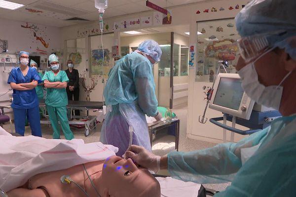 Frédéric Potié, anesthésiste réanimateur à l'Hôpital Saint-Joseph à Marseille, forme le personnel soignant à intuber un patient atteint de Covid-19