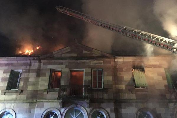 35 pompiers ont lutté contre les flammes lors de l'incendie de la mairie de Clairegoutte en Haute-Saône ce 9 novembre au soir.