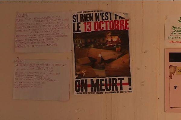 """Une affiche collée, à l'intérieur du Hameau des Brouettes - """"Si rien n'est fait le 13 octobre, on meurt!"""""""