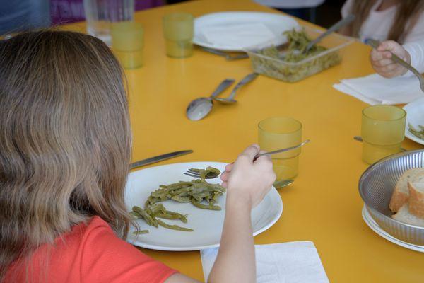 Un repas à la cantine scolaire (image d'illustration)