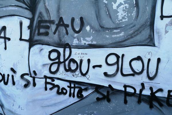 Sur la fresque les mots inscrits sont particulièrement violents