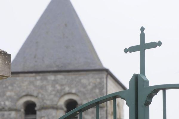 Polémique identique à propos d'une croix au-dessus du portail du cimetière de Prinçay dans la Vienne