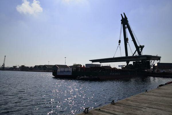 Le tablier du pont tournant de Saint-Malo est installé, une manipulation réalisé avec précaution. L'ouvrage est arrivé par la mer, de Rotterdam lundi 12 avril 2021.